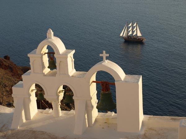santorini-oia-kerkklok-zeilboot-griekenland