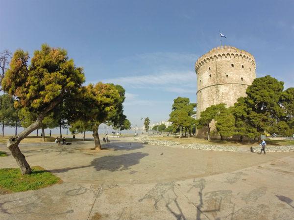 Thessaloniki-witte-toren-naaldbomen-600