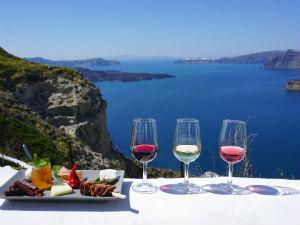 Santorini vakantie uitzicht met wijn