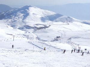 Wintersport Griekenland skiën op de piste in Kaimaktsalan