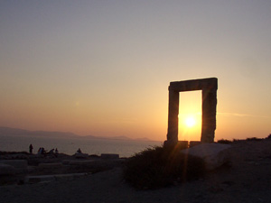 Naxos zonsondergang door de Portara