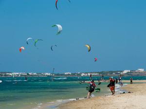 Paros kitesurfen op het strand
