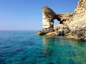 Rotspoort van Tripti op Paxos tijdens vakantie