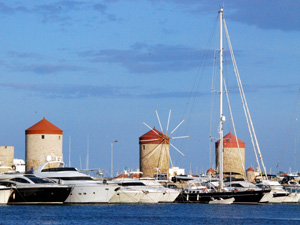 Rhodos-stad de Mandraki haven en de molentjes.
