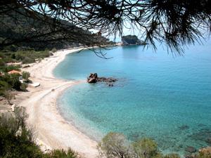 Samos fraai strand bij de watervallen