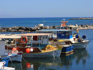Het haventje van Monolithos op Santorini.