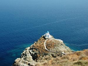Sifnos kerkje aan zee bij het strand