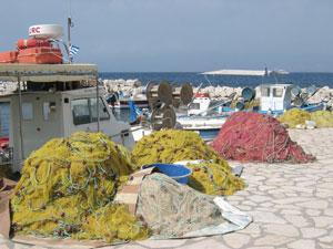 Visnetten in de haven van Kassiopi op Corfu.