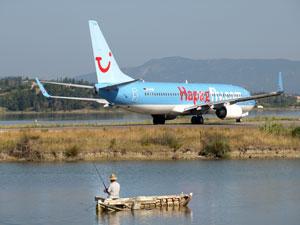 Vliegtuig op Corfu met Griekse visser.