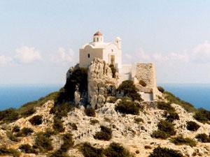Kapelletje boven op bergtop op Karpathos