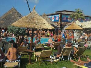 Starbeach zwembad met zonnebedden
