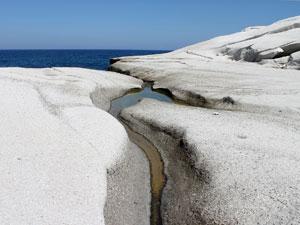 Sarakiniko rotsen en strand op Milos.