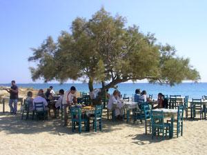 Heerlijk terras op het strand op Naxos.