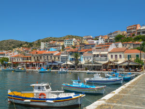 Pythagorion Samos de haven en boulevard tijdens vakantie