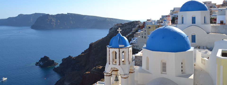 Blauwe koepelkerkjes in Oia op Santorini