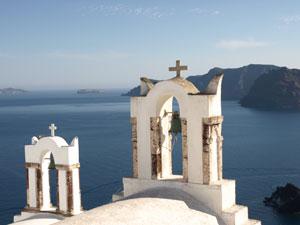 Kerktorens in Oia Santorini met uizticht