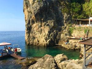 Paleokastritsa op Corfu La Grotta beach bar