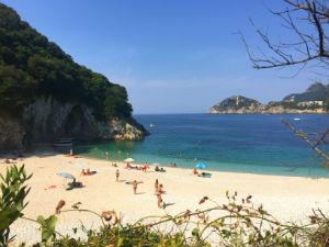 Paleokastritsa op Corfu het strand