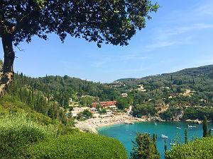 Paleokastritsa op Corfu uitzicht op baai van Liapades