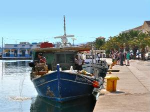 Vissersboot in haven Argostoli