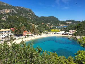 Paleokastritsa vakantie op Corfu uitzicht op de baai vanaf het klooster