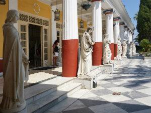 Achilleion op Corfu terras met beelden