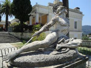 Achilles beeld in de tuin Achilleion