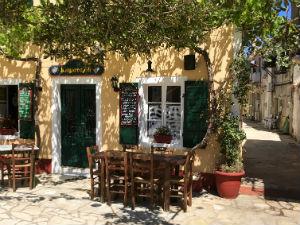 Lakka centrum met terras op Paxos Griekenland