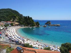 Parga beach en baai tijdens vakantie