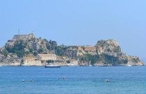 Het oude fort vanaf Garitsa Bay Kerkyra
