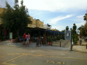 Boulevard met restaurants in Tigaki