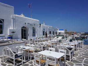 Naoussa Paros terrasjes in het haventje