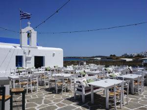 Naoussa op Paros terras bij Agios Nikolaos kerk