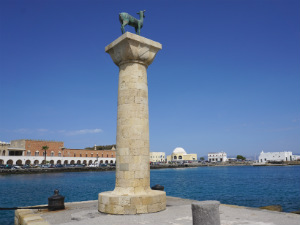 Hert bewaakt de ingang Mandraki haven van Rhodos stad