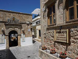 Straatje en restaurant in Lindos op Rhodos