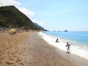 Kind aan het spelen op Kathisma beach Lefkada