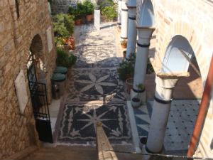 De mozaïekvloer bij de Taxiarch kerk Mesta