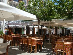Terras op centrale plein Pyrgi op Chios
