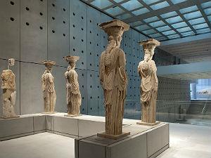 Klassieke beelden in het Acropolis museum in Athene