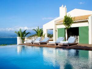 Villa met zwembad aan zee in Griekenland kopen