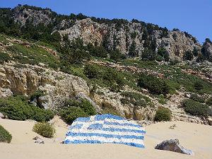 Griekse vlag op strand Tsambika Rhodos