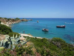 Anissaras rotskust met verborgen stranden