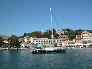 Zeilboot in de haven van het Ionische eiland Paxos