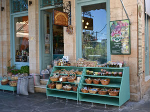 Winkel van Mourtzis in Aegina stad Griekenland