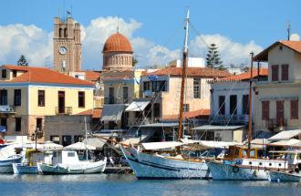 Aegina stad vakantie de haven en boulevard