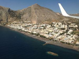 Vliegveld Santorini Griekenland landing met uitzicht