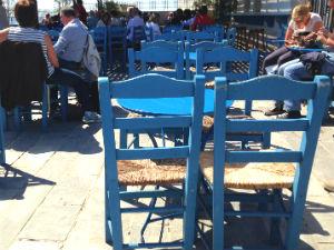 Vliegveld santorini Griekenland terras met blauwe stoeltjes