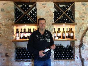 Lefkas Earth wijnhuis Dimitris met wijn