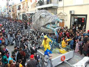 Carnavals wagen in de parade van Rethymnon op Kreta