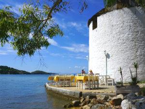 Terras bij Milos restaurant in Skiathos stad